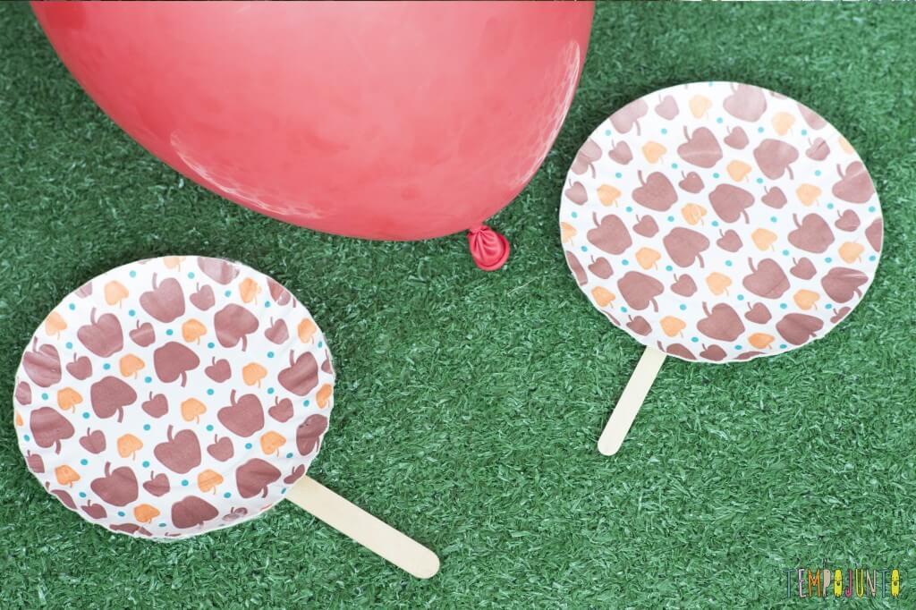 Pratos descartáveis viram raquetes para um tenis de bexiga - tenis de bexiga