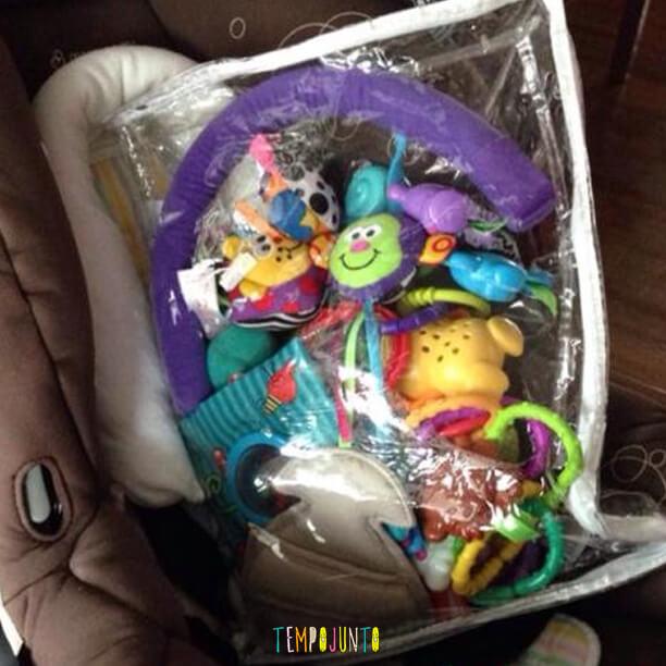 A embalagem da roupa de cama virou porta brinquedos para colocar no carrinho.
