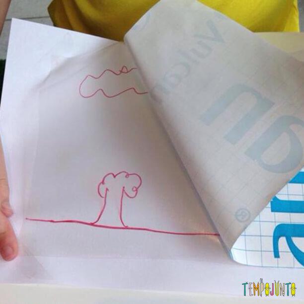 Uma vez fixado o contact no papel sulfite, você pode retirar a película protetora da parte com cola do contact. O desenho que você fez anteriormente ficará aparecendo e será o seu guia para a atividade.