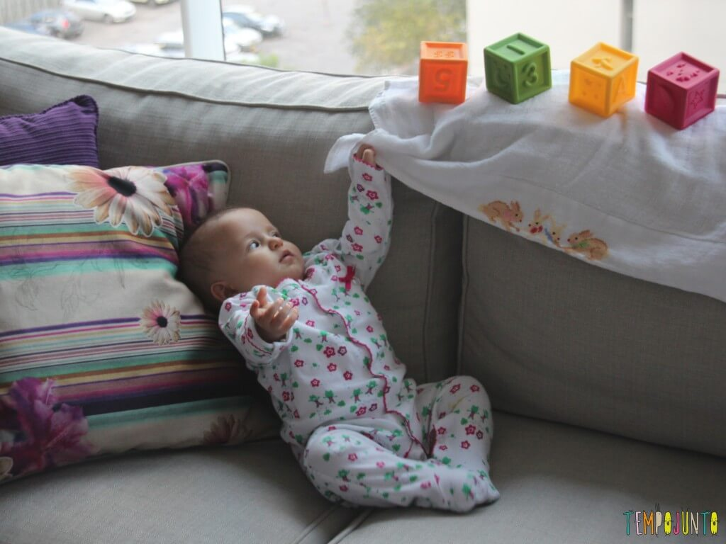 Rapidamente ela pega o paninho que está por perto...