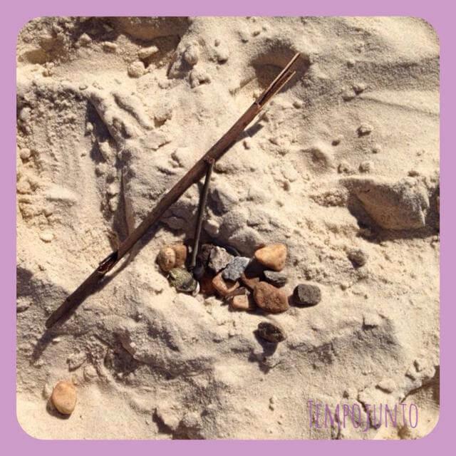 Pedras e graveto que catei na rua no caminho para a praia.