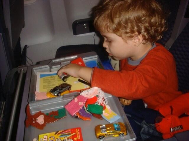 O que colocar na mala para distrair seu filho na viagem - Dudu