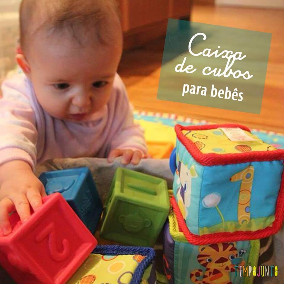 Atividade para bebês de 6 a 12 meses – Cesto de Cubos