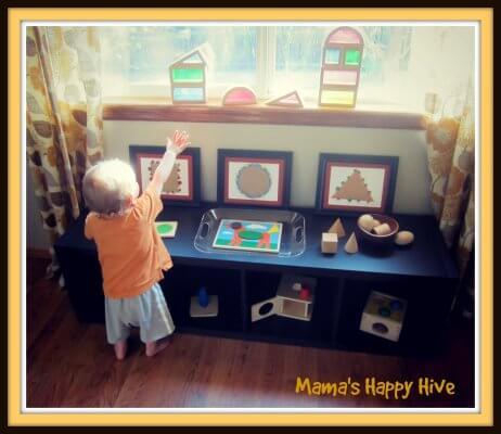 Brincadeiras do método Montessori para fazer com seu bebê - buscando formas pela casa
