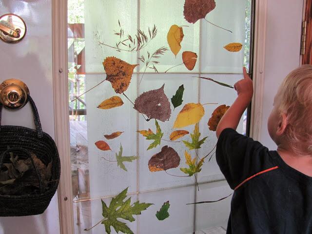 Ideias de atividades com crianças usando a natureza - colagem com folhas