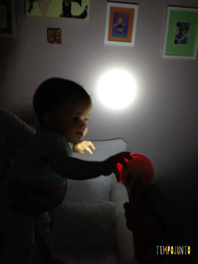 Brincadeira para bebês com lanterna - gabi mexendo na lanterna