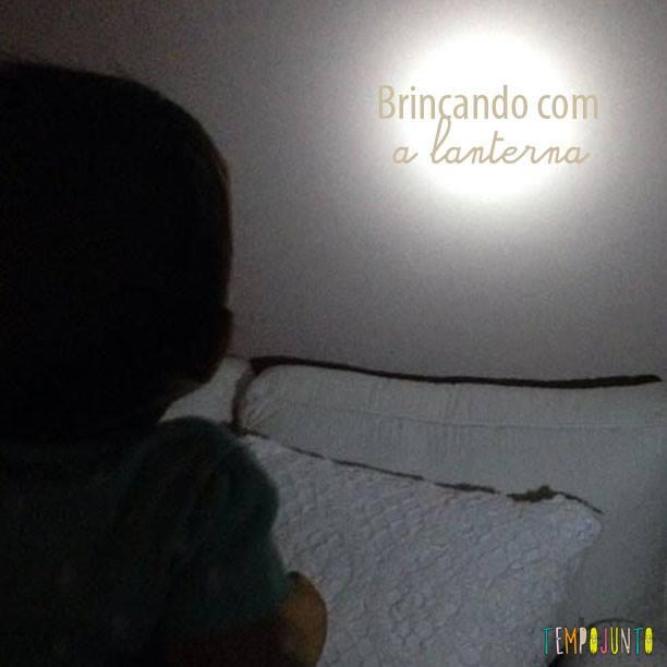 Brincadeira para bebês com lanterna