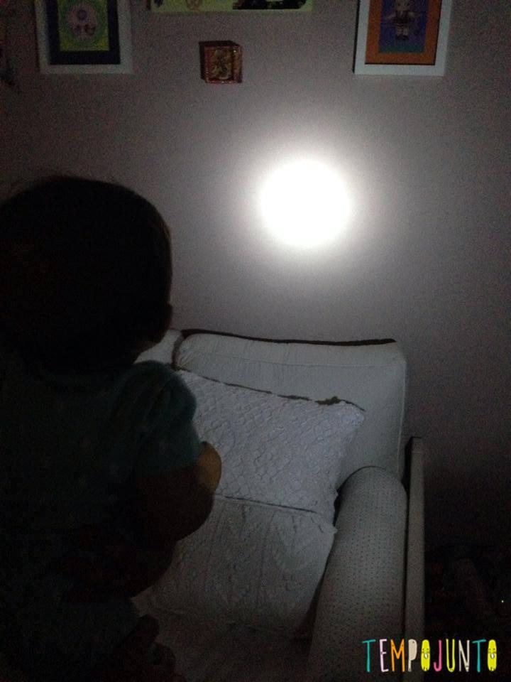 Gabi observa a luz na parede