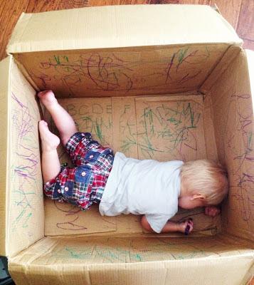 Desenhando em caixa de papelao - dia sem barulho