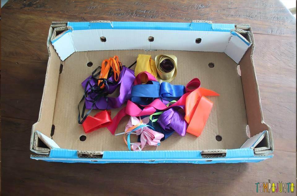 caixa e fitas para a brincadeira de descoberta sensorial