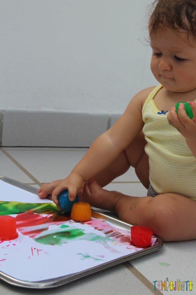 arte para bebês com gelo colorido - Gabi segurando o gelo