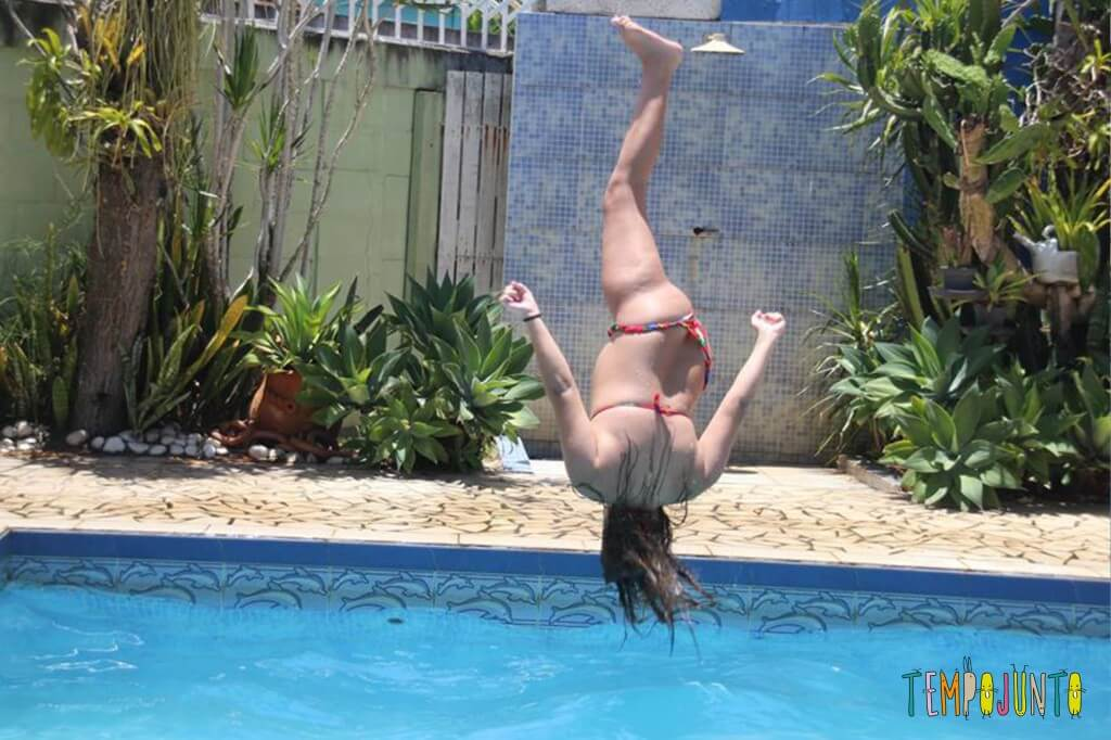 brincadeiras na piscina - fernanda pulando