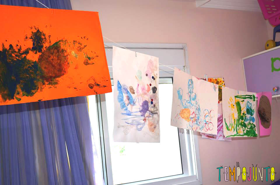 expor atividades das crianças em casa- Desenhos pendurados no quarto