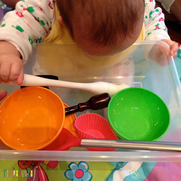 Melhores atividades de descoberta sensorial - cesto tesouro