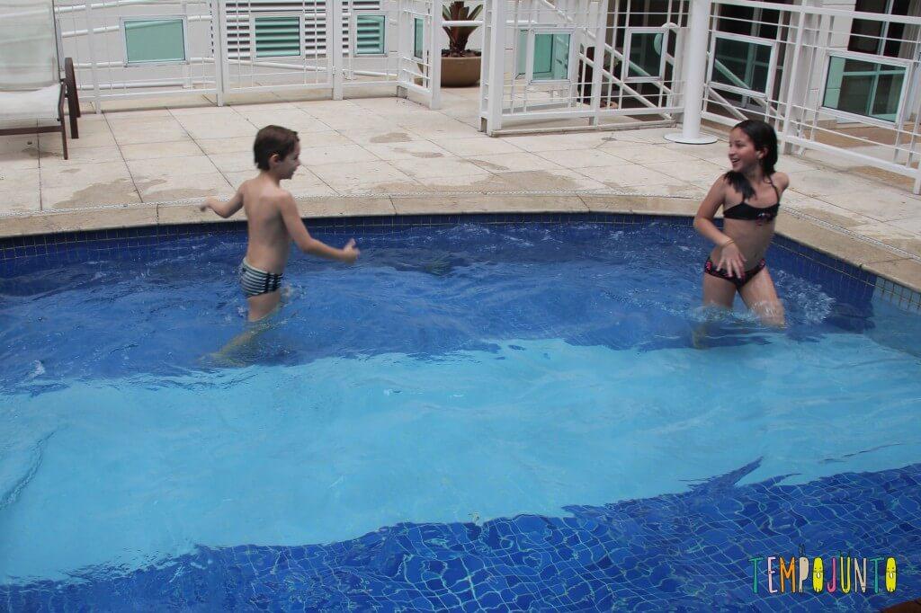 brincadeiras na piscina - nado na correnteza