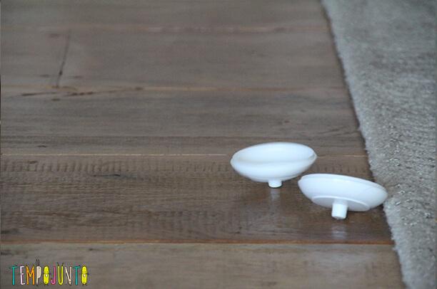 brinquedos do bebê de um jeito diferente - panelinhas brancas girando