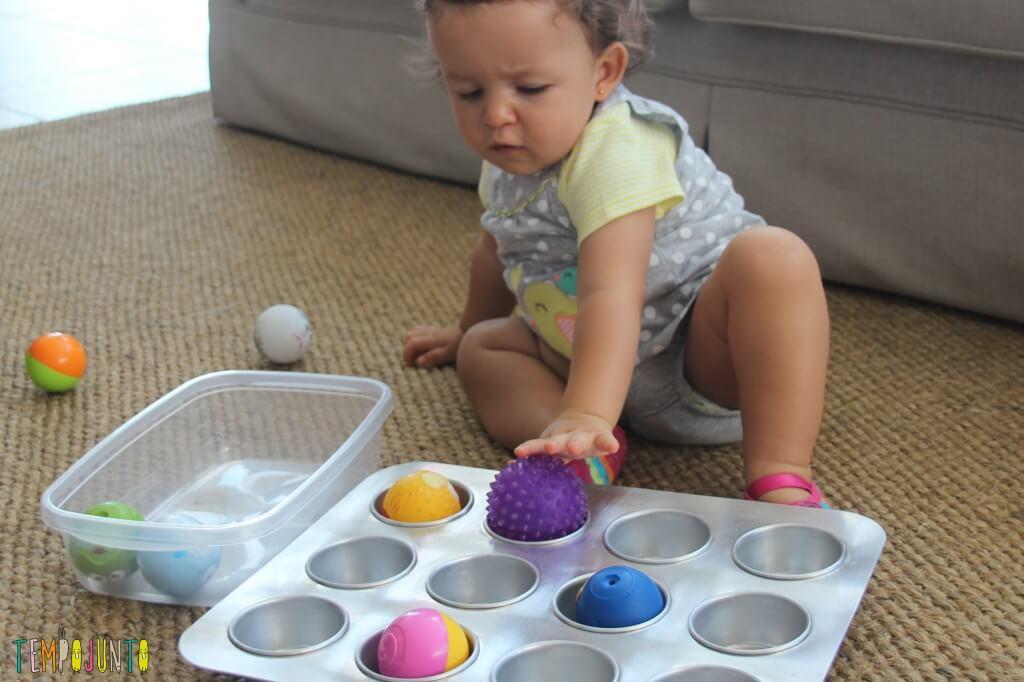 brincadeira para bebê - gabi com a bolinha roxa