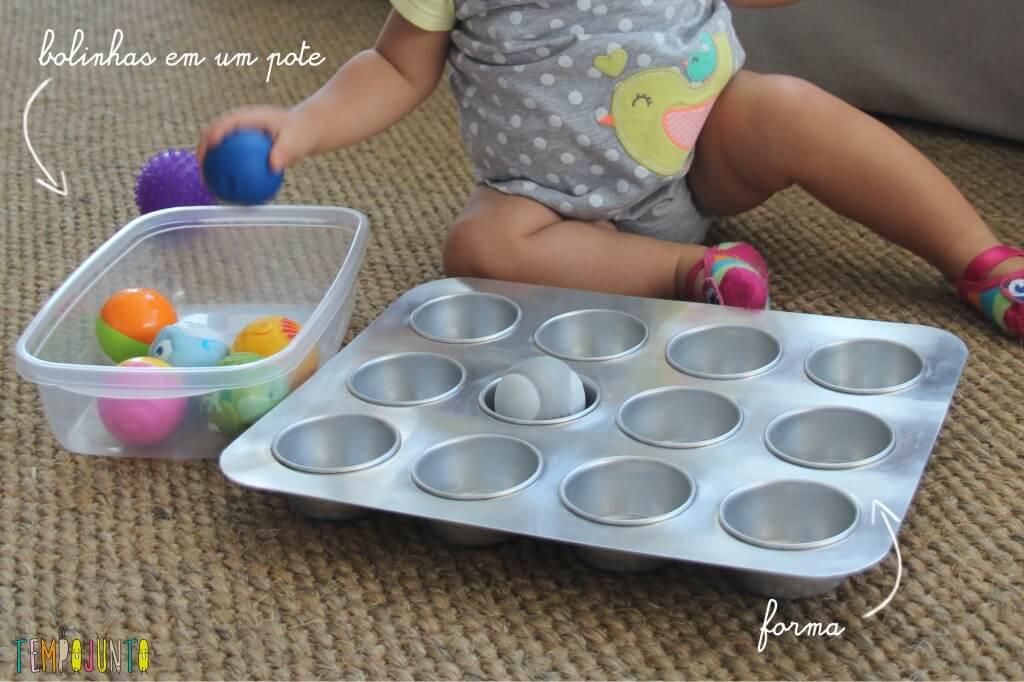 brincadeira para bebê - material bolinhas e forma