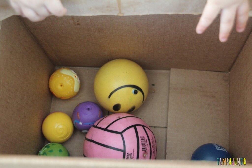 Brincadeira para bebês com bolas e caixas - bolas na caixa