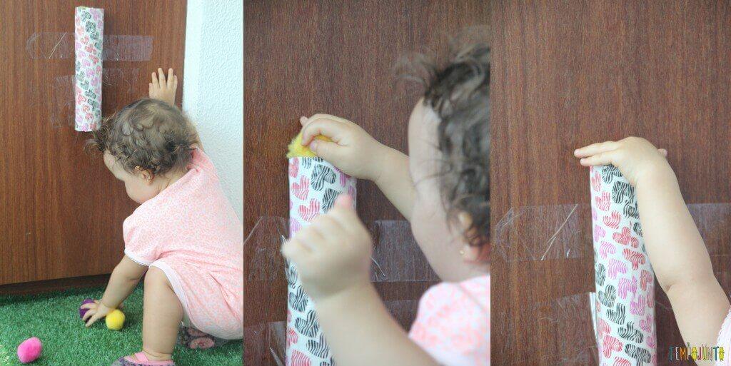 Brincadeira para bebês pompom no tubo-gabi colocando o pompom