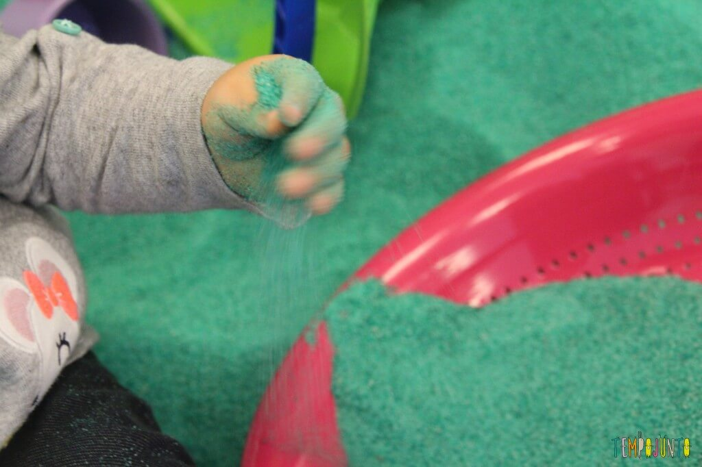 brincadeira sensorial - deixando a areia cair