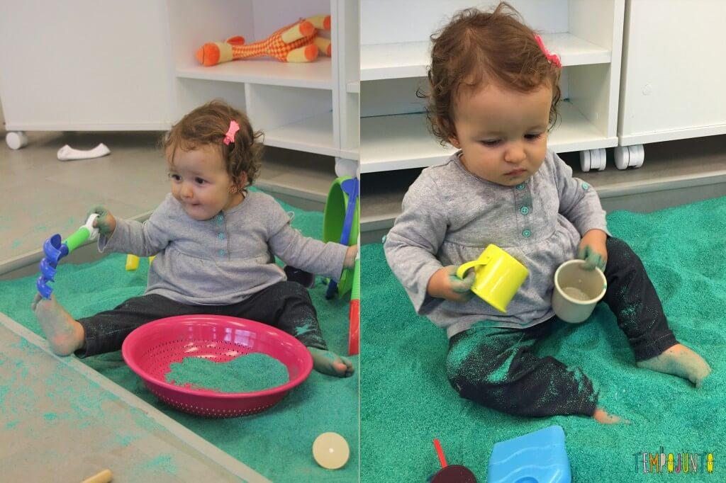 brincadeiras sensoriais para bebês - gabi com baldinho na areia