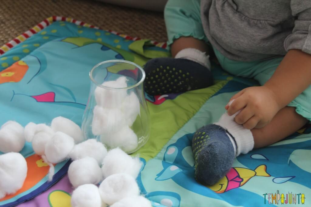 Brincadeira simples para bebês - algodão e pote