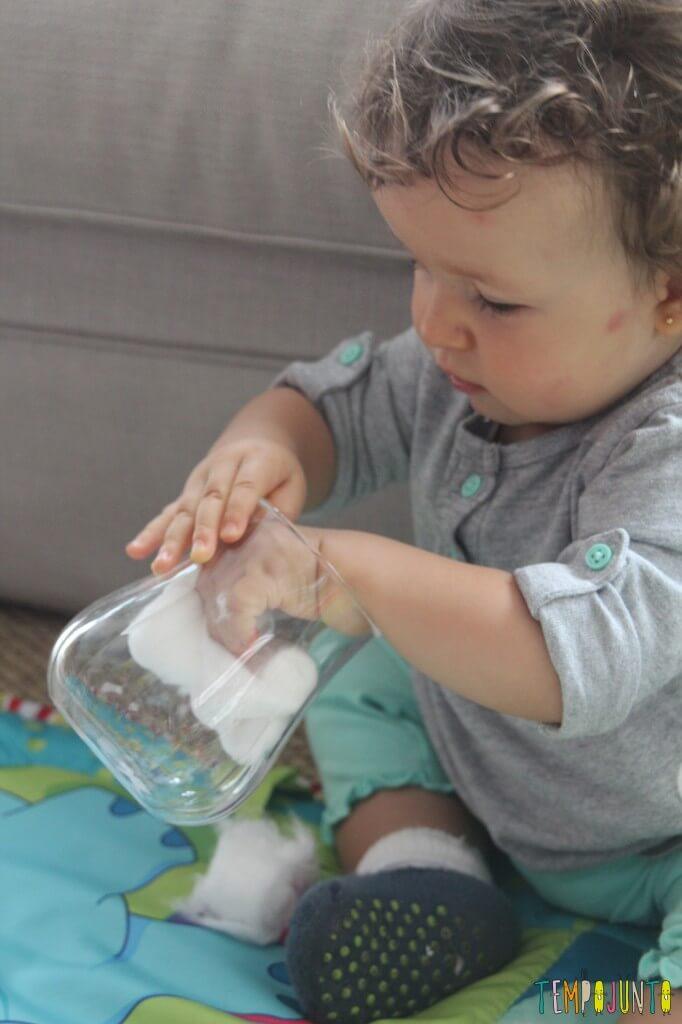 Brincadeira simples para bebês - maozinha dentro do pote de algodão