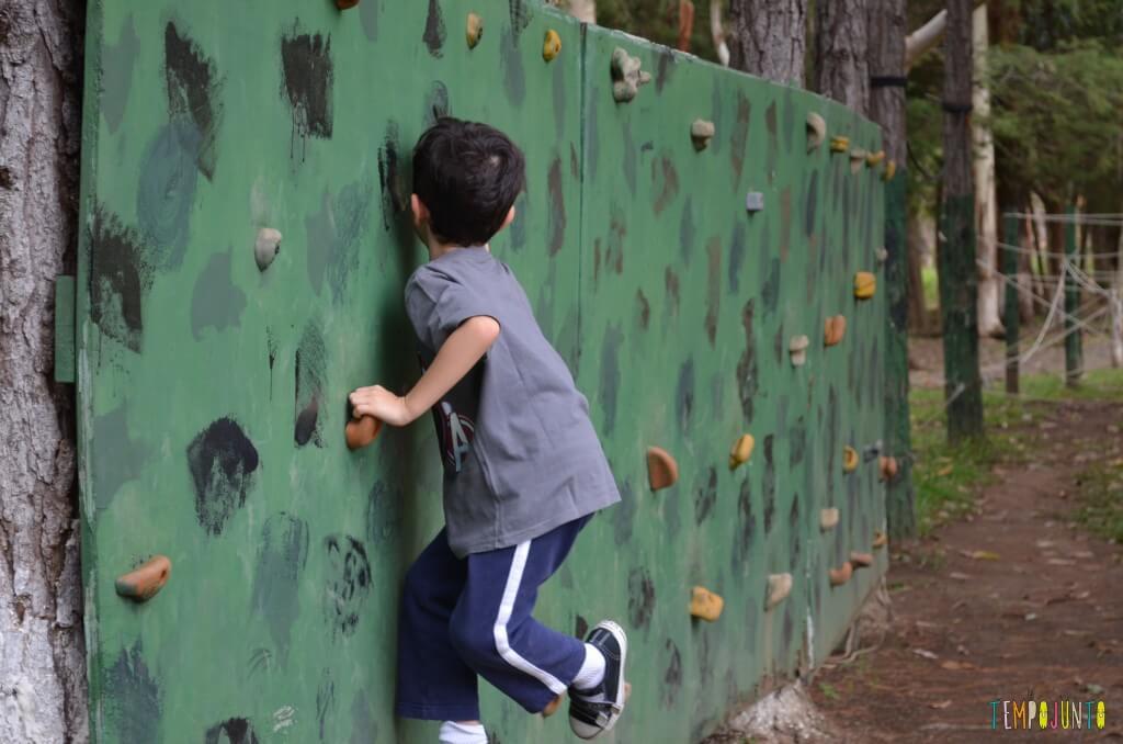 brincar ao ar livre - parede escalada