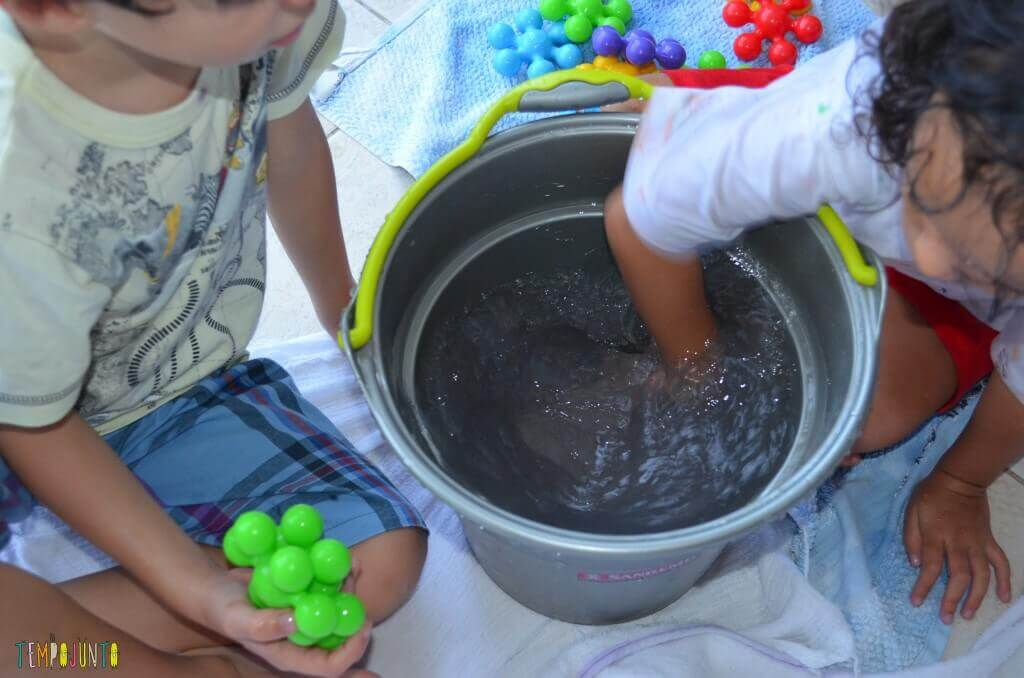 Cantinhos - Brincando com balde e objetos