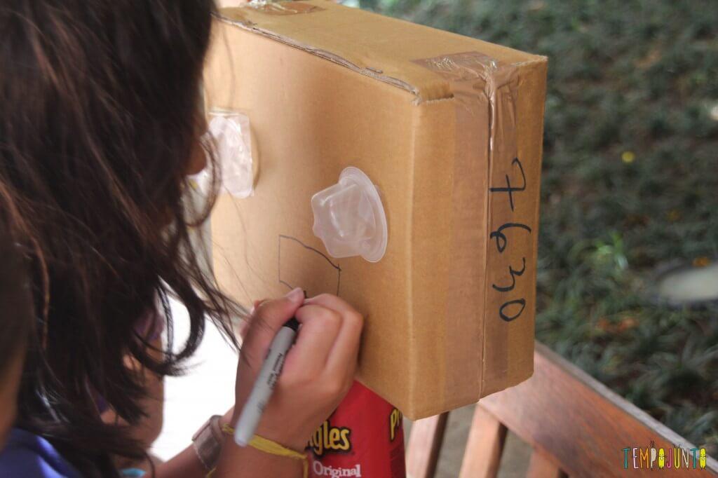 como fazer um robô de sucata - Carol desenha o rosto do robo