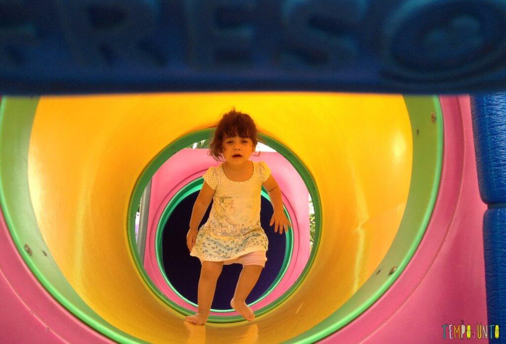 Criança agitada - brinquedão superando o medo