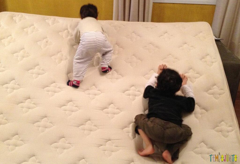 Criança agitada - subindo o colchão