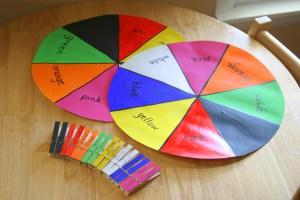 10 brincadeiras com pregador de roupa - identificar cores