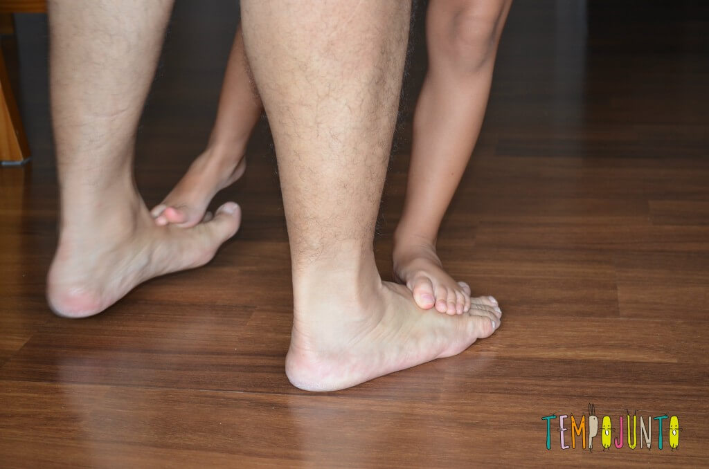 Brincar de andar sobre os pés