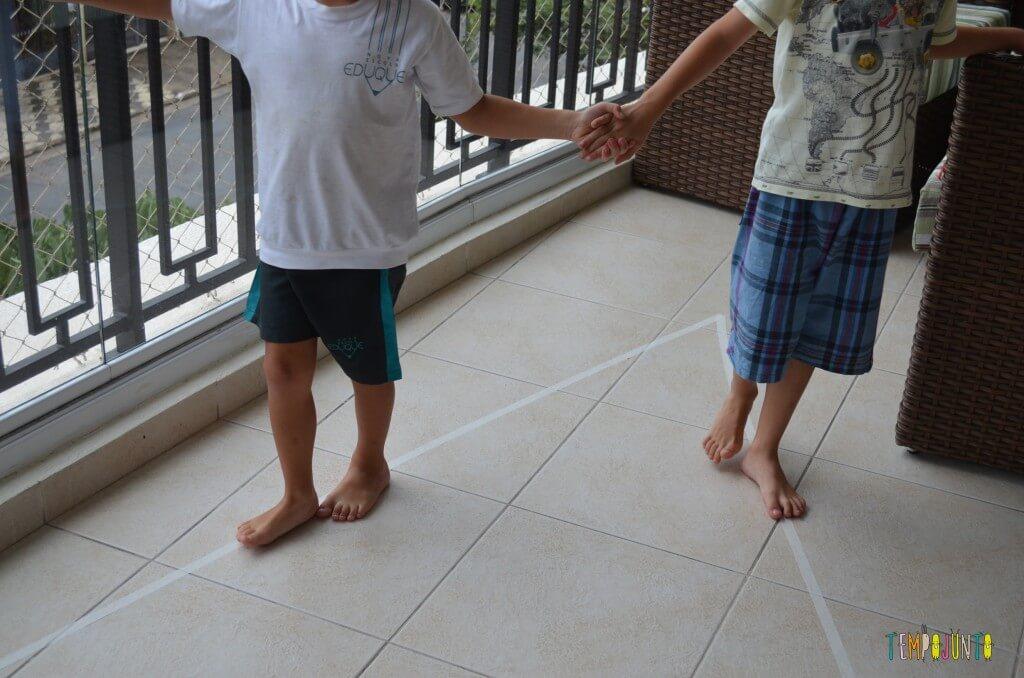 4 desafios que ajudam no desenvolvimento das crianças mais velhas - andando no triângulo