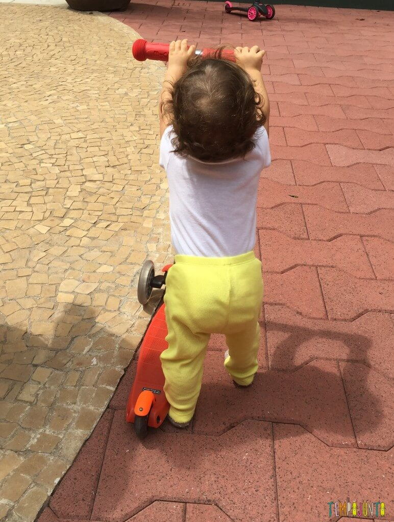 Atividades de coordenação motora para bebês - Gabi com o patinete