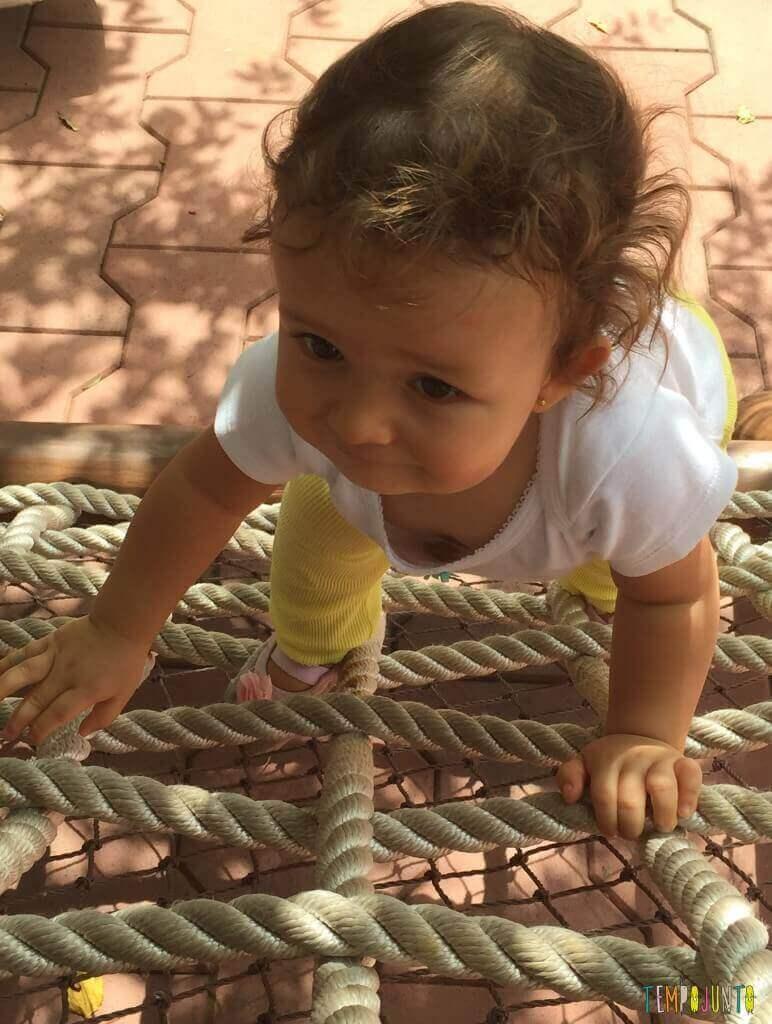 Atividades de coordenação motora para bebês - Gabi subindo o brinquedo de cordas