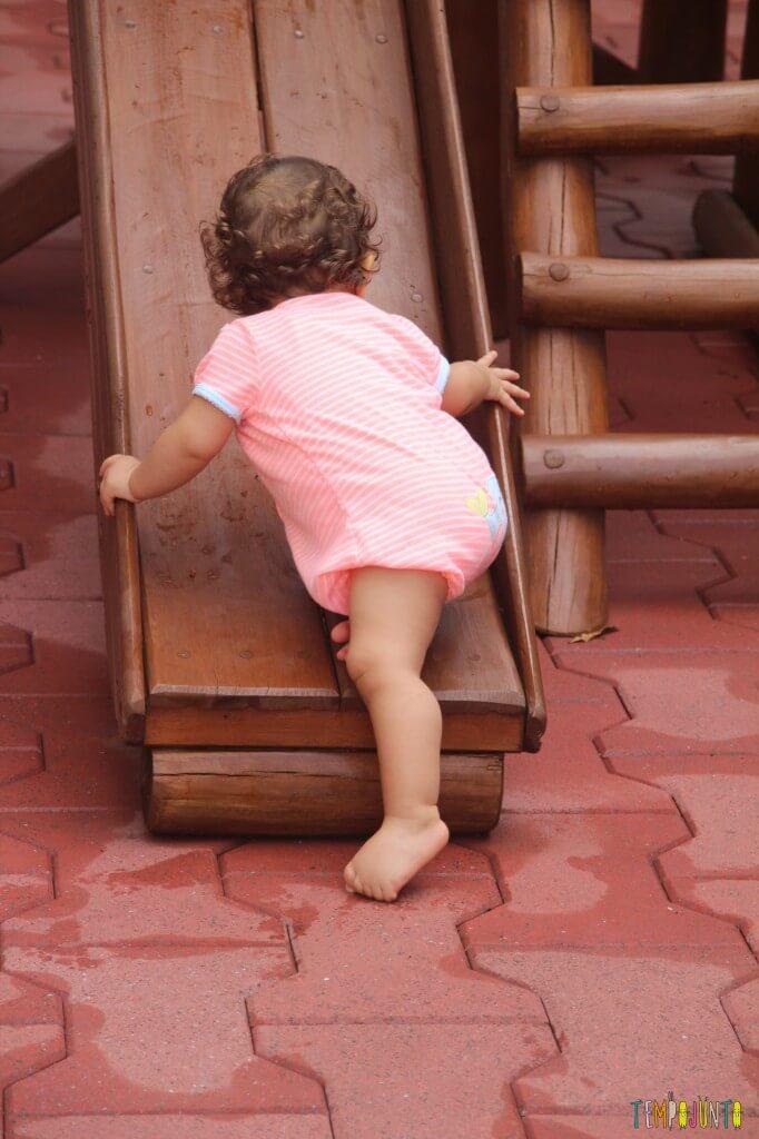 Atividades de coordenação motora para bebês - Gabi subindo o escorrega