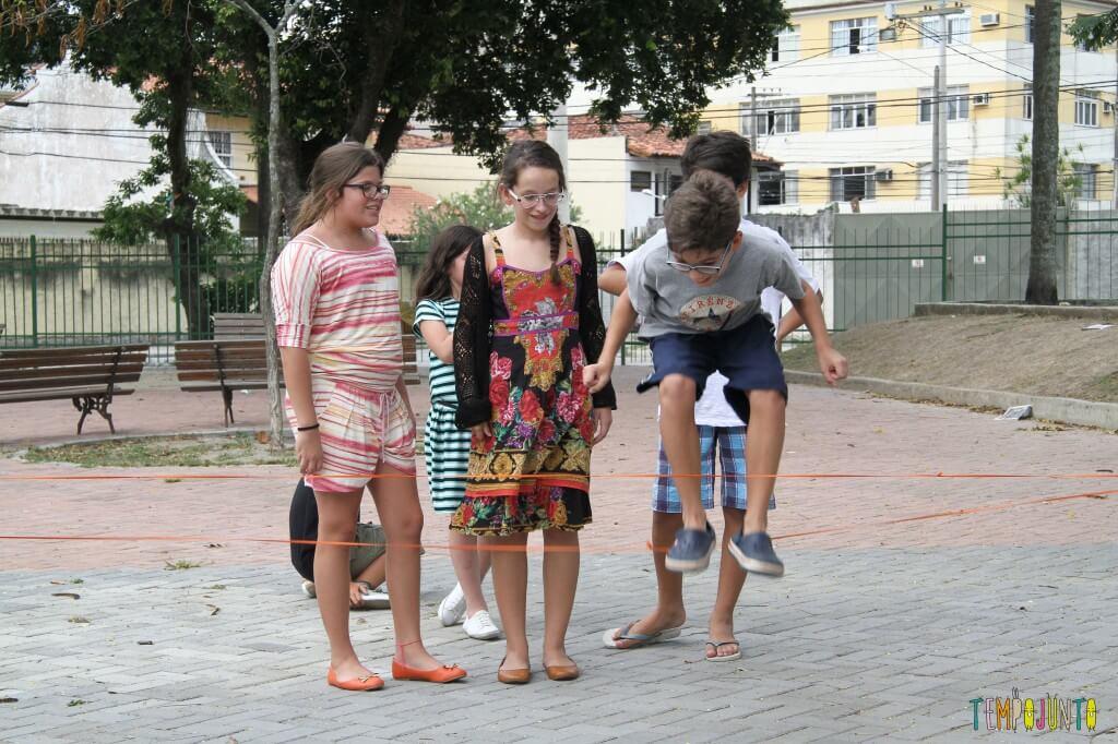 Brincadeiras de rua - Pedro no elastico