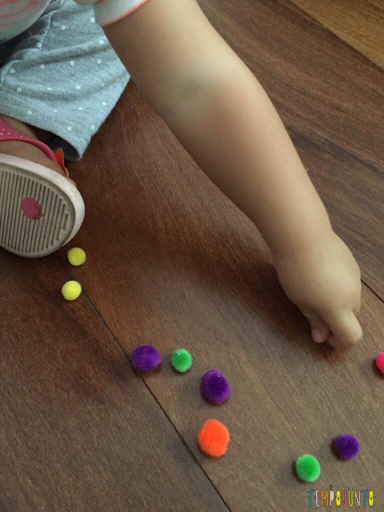 Como estimular o movimento de pinça do bebê - pegando o pompom