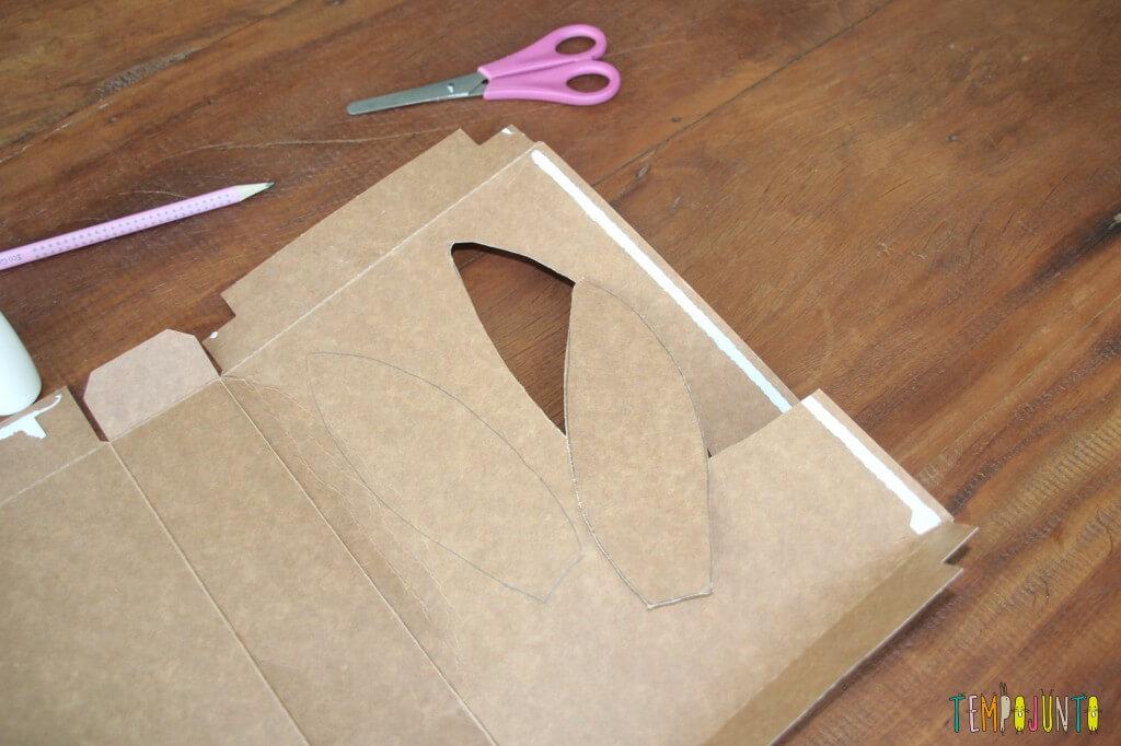 Como fazer em casa uma máscara de coelho - recorte da orelha