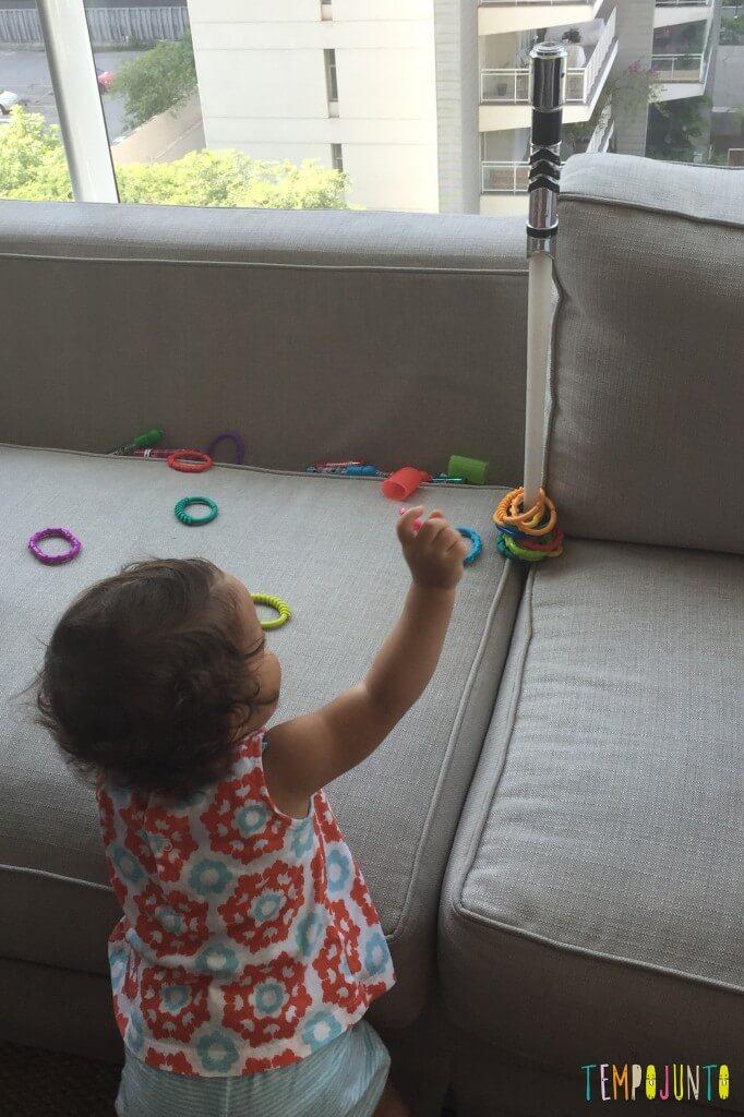 Como inventar brincadeiras para os bebês -gabi encaixando argolas