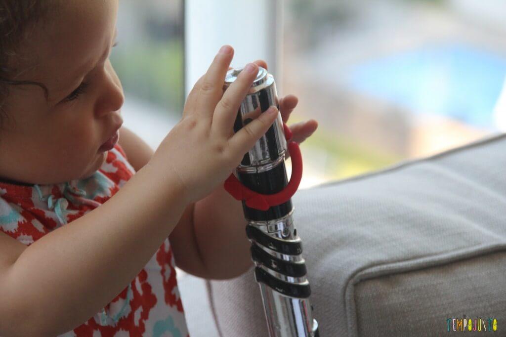 Como inventar brincadeiras para os bebês - Gabi se concentrando nas argolas