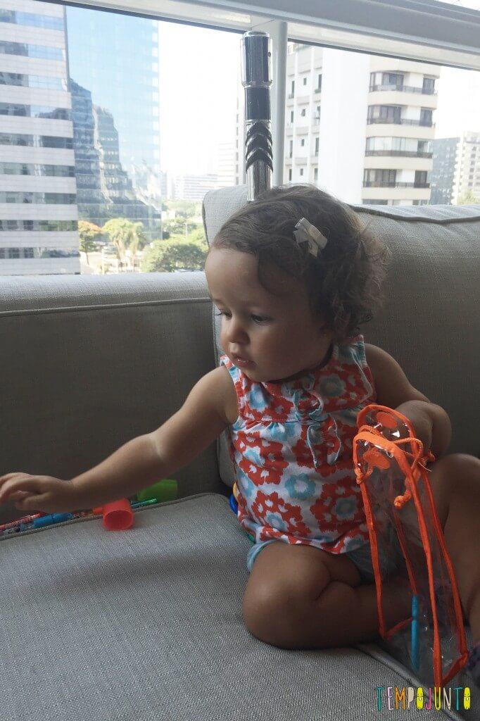 Como inventar brincadeiras para os bebês - gaurdando as argolasjpg