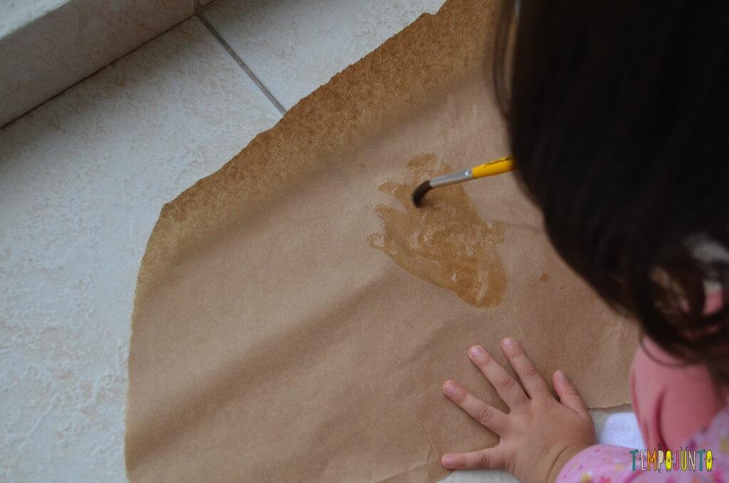 distrair seu filho por uns minutinhos - pintando na cartolina