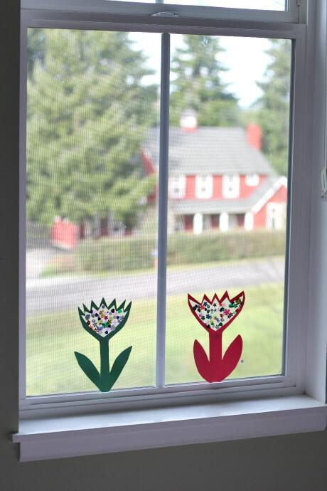 10 ideias criativas para brincar com papel contact - Janela com flores