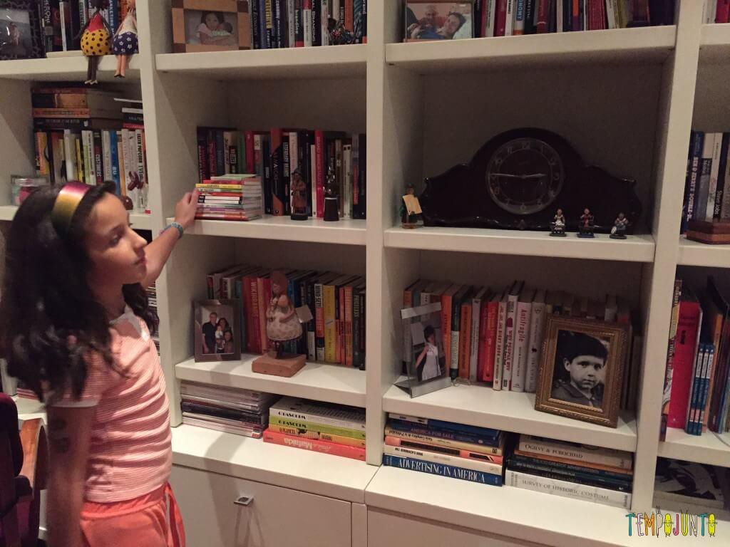 jogos em família - Carol brincando dos 7 erros