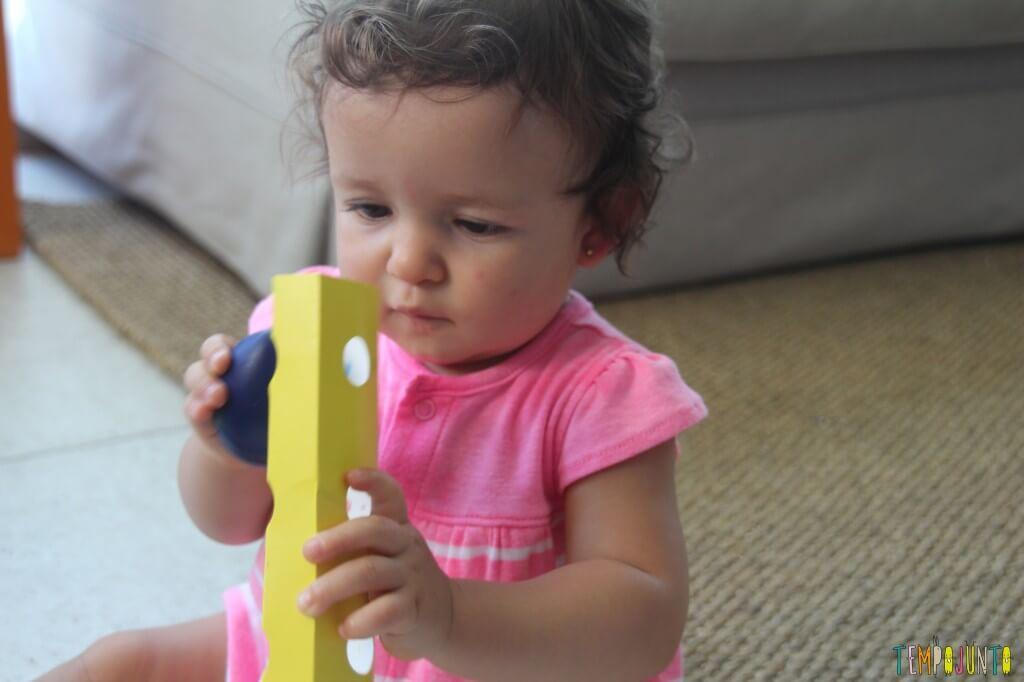 Quando o bebê pode começar a desenhar - gabi tira o ovo da embalagem