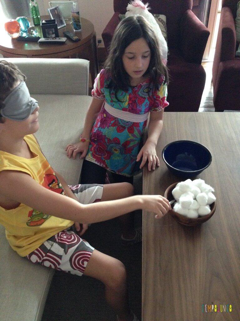 10 brincadeiras fora da rotina para fazer no feriado - brincadeira com algodão